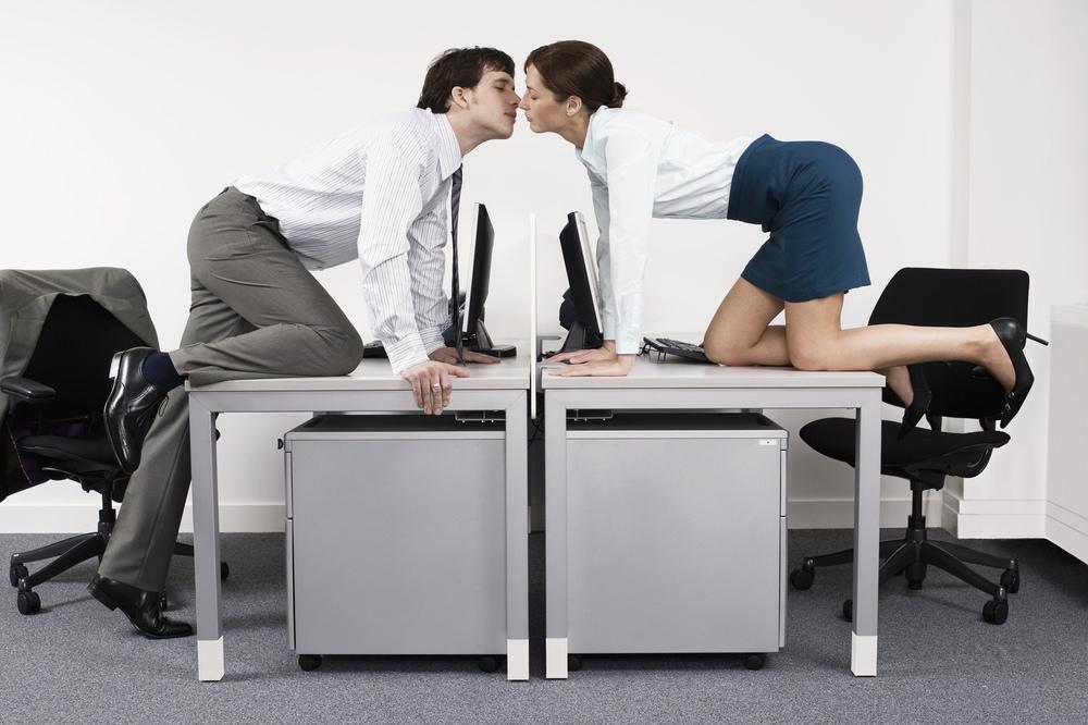 Liebe-im-Buero-Flirten-Romanze