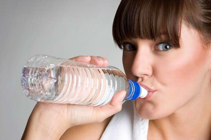 Wer zu Prüfungen Wasser mitnimmt, verbessert seine Noten