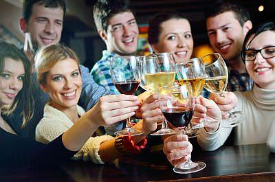 WeinBierAlkoholtrinkenPartyGruppe