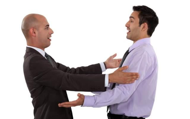 Umarmungen Arten Freundschaft Gefuehle Bedeutung Mann Frau zwei Kollegen