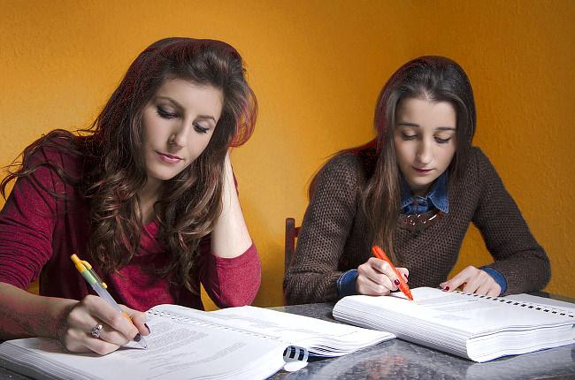Text-Unterstreichen-Lernen-Studentinnen