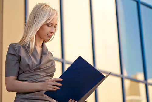 Blondine-Berufseinsteigerin-Gehalt