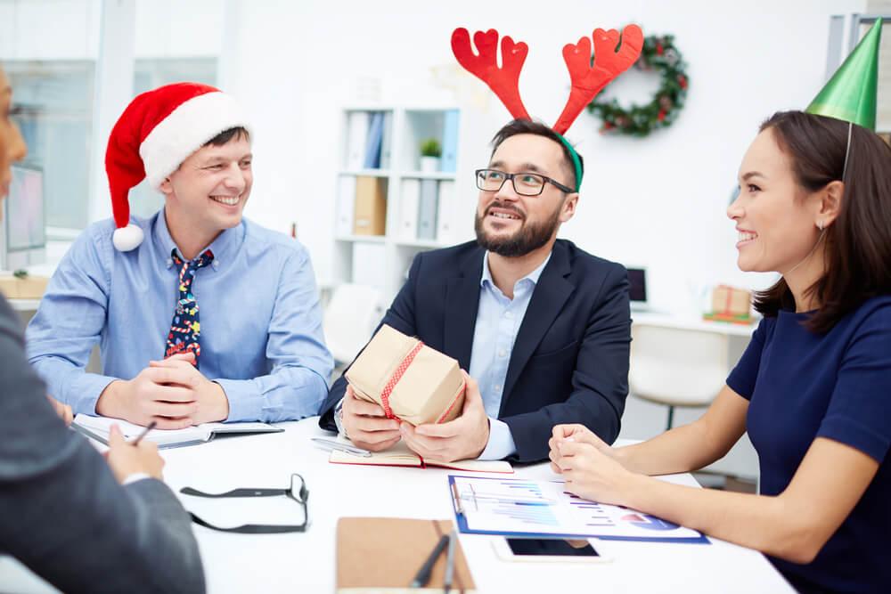 Wichteln im Büro: Was den Kollegen schenken?