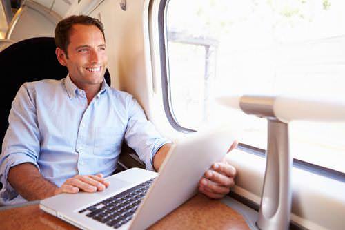 Bewerbung-Bulletpoints-Mann-Laptop-Bahn
