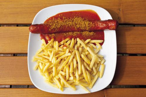 Kantinenessen-Currywurst-Pommes