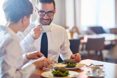 Mittagspause: Besser essen mit Kollegen