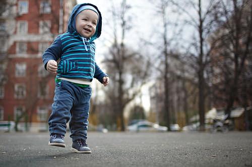 Baby-lernt-laufen