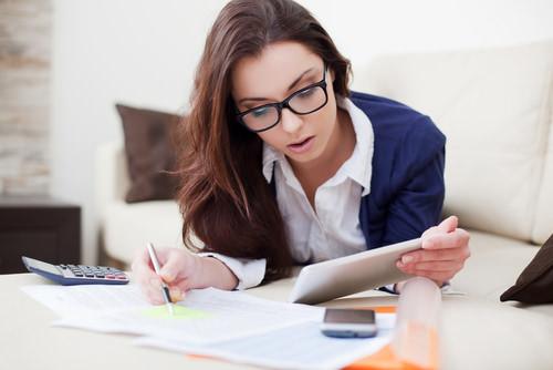 Studienfinanzierung-Studentin-rechnet