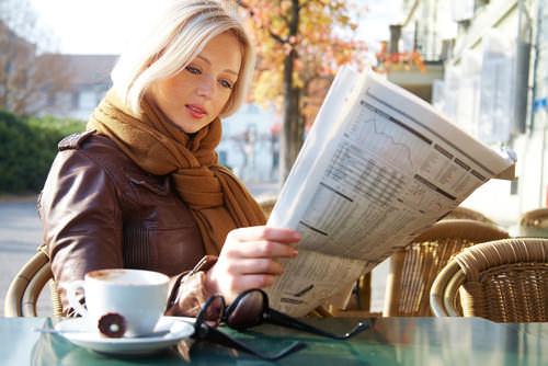 Zeitunglesen-Stellengesuch-schalten-Arbeitnehmer-Stellengesuch aufgeben Bürokauffrau-Anzeigentext Beispiele
