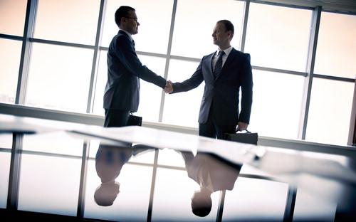 Handschlag_Silhouette_Businessmen