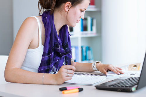 Studentin-Fernstudium-Laptop-lernen