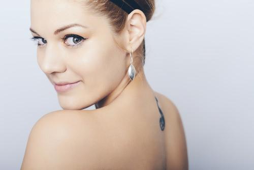 Frau-Rücken-Tattoo-Selbstbewusstsein