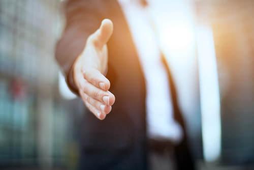 Begrüßungs-Handschlag-Hand-geben