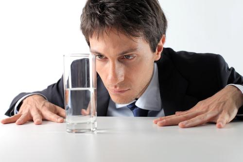 Glas-halbvoll-halbleer-Frage
