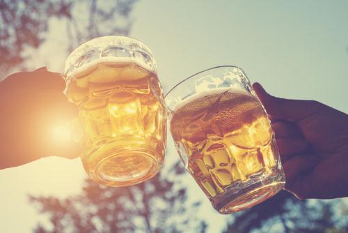 Gemeinsam-trinken-Kollegen-anstossen