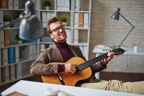 Singen-Gitarre-Buero-Musik