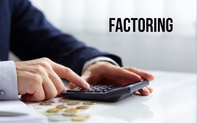 Factoring Definition Erklaerung Unternehmen Finanzierung Bank Beispiel Bedeutung Mann kalkuliert