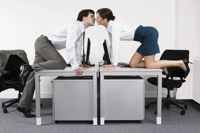 Liebe unter Kollegen: Risiken der Beziehung im Büro