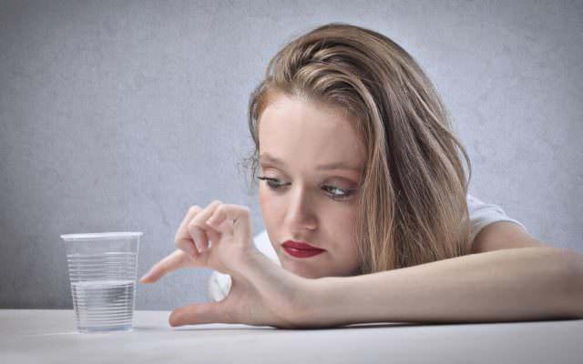 Pessimismus Negatives Denken Destruktiv halb leer Glas
