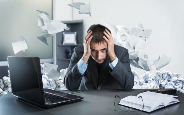 Vergeudeter Arbeitstag verzweifelt Mann Laptop