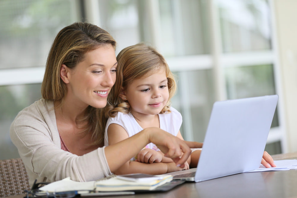 Kinder_im_Lebenslauf_Bewerbung_Laptop_Eltern
