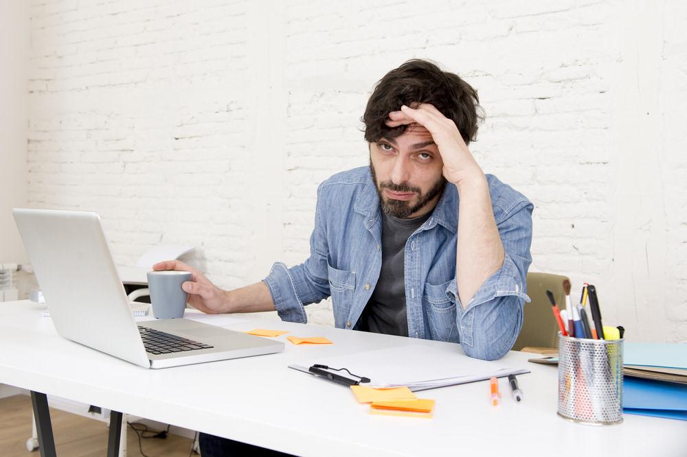 anzeichen-unkreativer-job-junger-designer