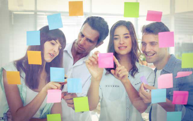 design-thinking-junge-leute-brainstorming
