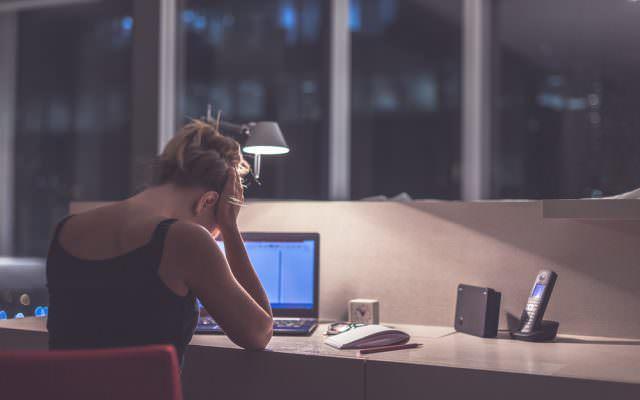 sinn-finden-sinnloser-job-junge-frau