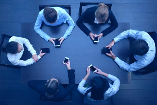 Meeting-Knigge: Tun Sie das bitte NIE im Meeting!
