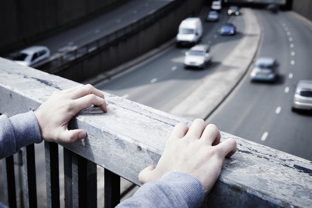 Borderline-Therapie-Beziehung-Ursachen-Symptome-junger-Mann-Autobahnbruecke
