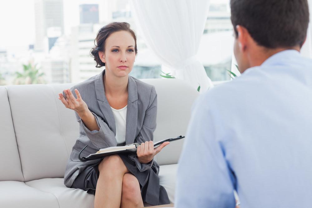 Kritikgespraech-zwischen-Chef-und-Mitarbeiter