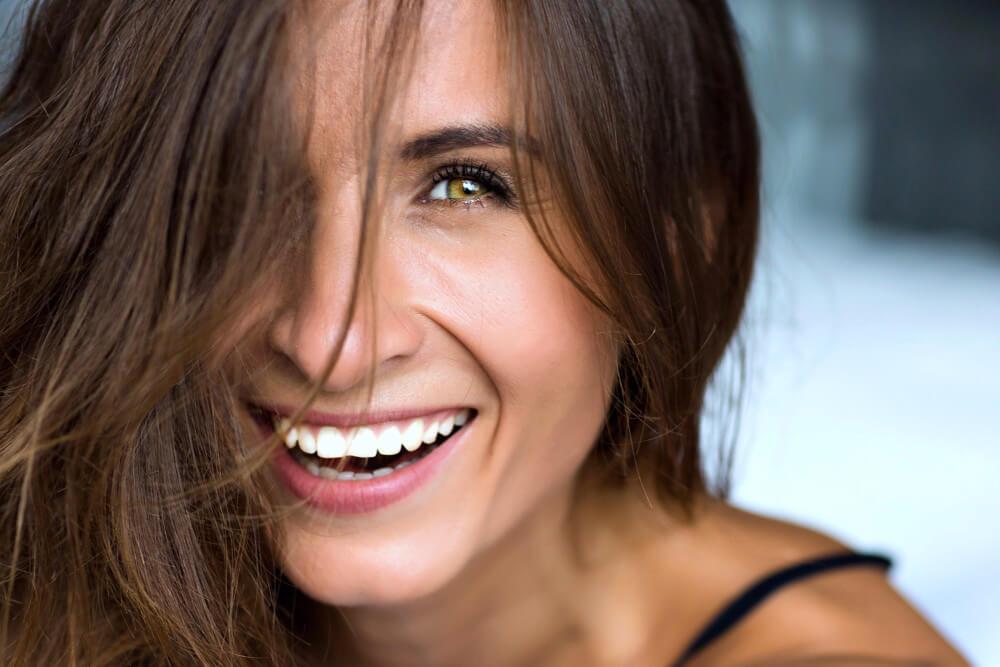Zähne-zeigen-Gesicht-Lächeln