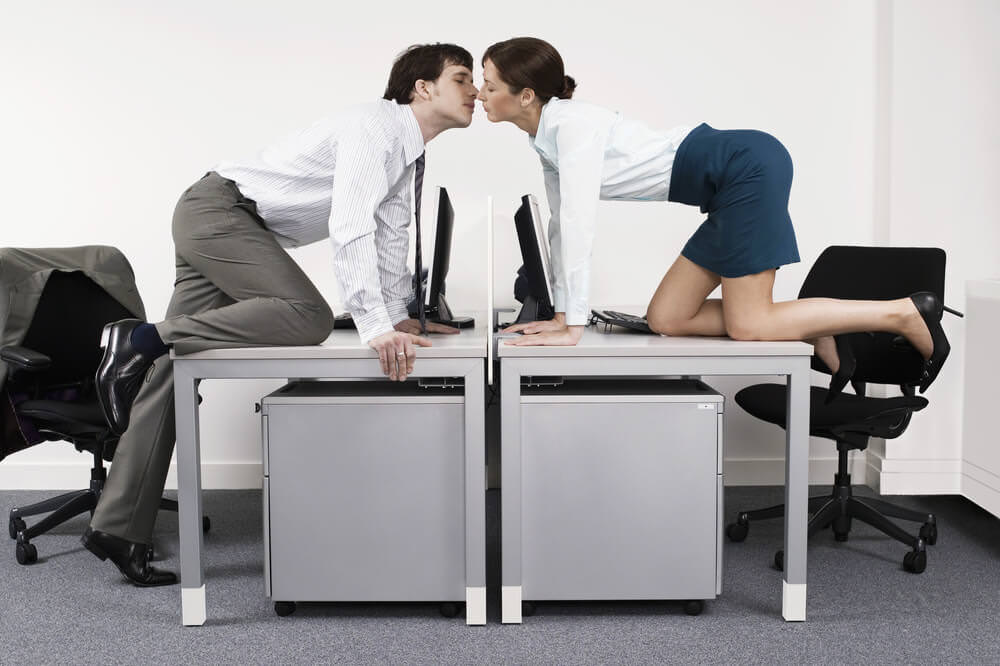 Liebe im Buero Flirten Romanze Affaere Kollegen