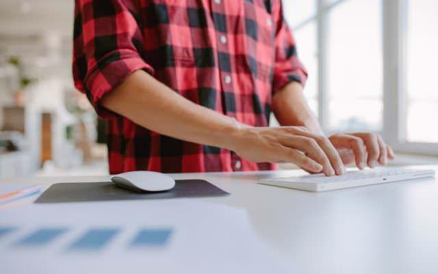 Arbeiten-im-Stehen-gesund-Alternative-sitzen-Schreibtisch