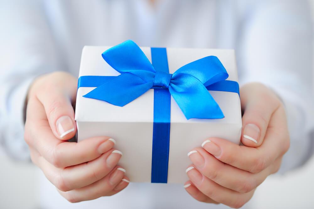 Wer Bringt Weihnachtsgeschenke In Spanien.Gastgeschenke Knigge Für Mitbringsel Karrierebibel De