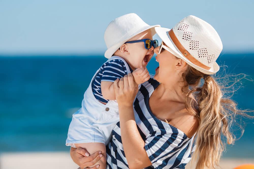 Urlaub Checkliste Pdf mit Kind Koffer packen Mutter mit Baby Strand