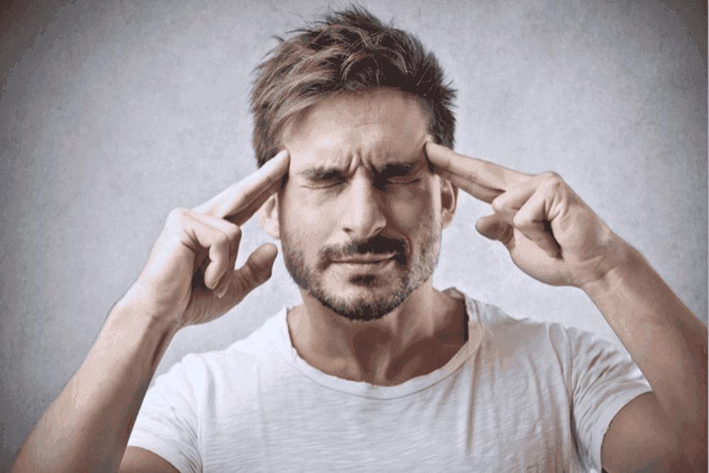 Sinne schaerfen Meditation Uebungen Wahrnehmung Erwachsene konzentrierter Mann