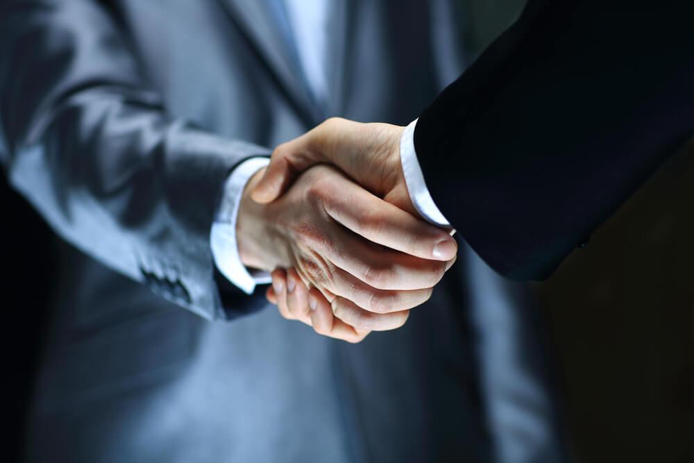 Bewerbungsgespräch: Schon mit dem Handschlag überzeugen