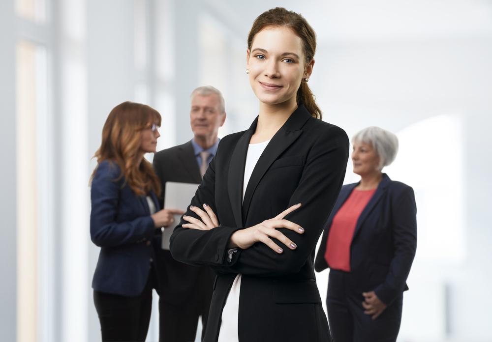 Frauen Selbsttest Anzug schwarz Arme gekreuzt