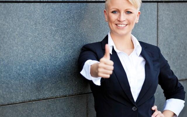 Komplimente machen-Frau-Daumen hoch
