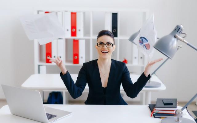 Weniger Arbeiten-mehr verdienen-Frau-Papier