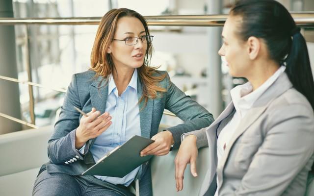 Managerin-Frau-warmherzig-Gespraech-Dialog