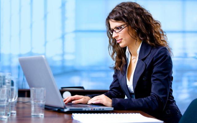 empfehlung-e-mail-frau-laptop