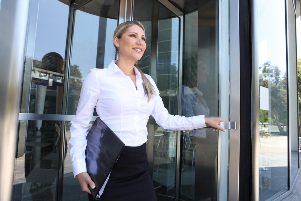 arbeitsplatzwechsel-junge-frau-optimistisch