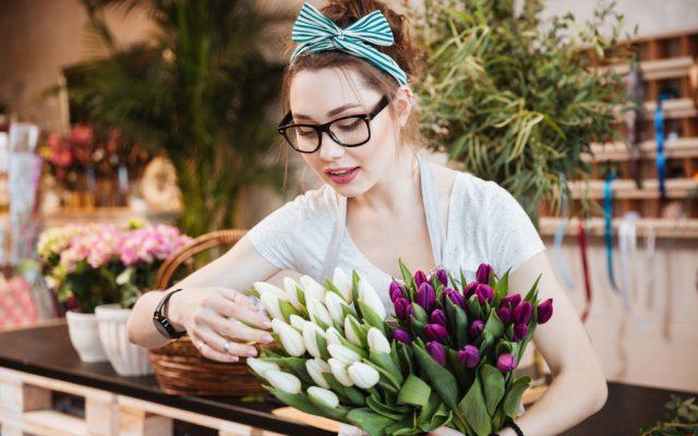 berufsausbildungsbeihilfe-junge-floristin-brille