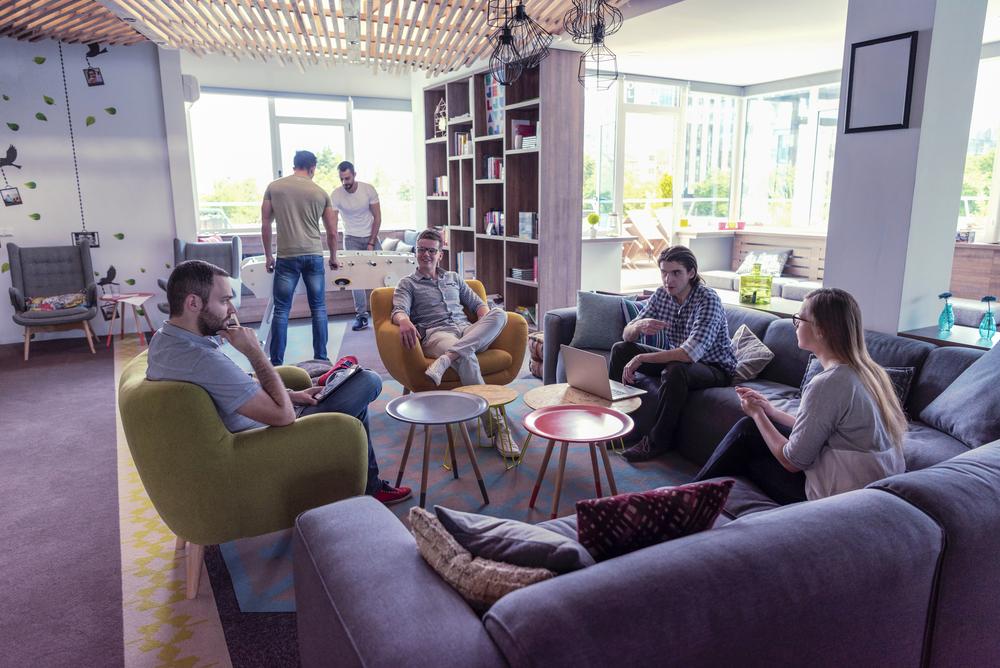 flache-hierarchie-junge-leute-team-meeting