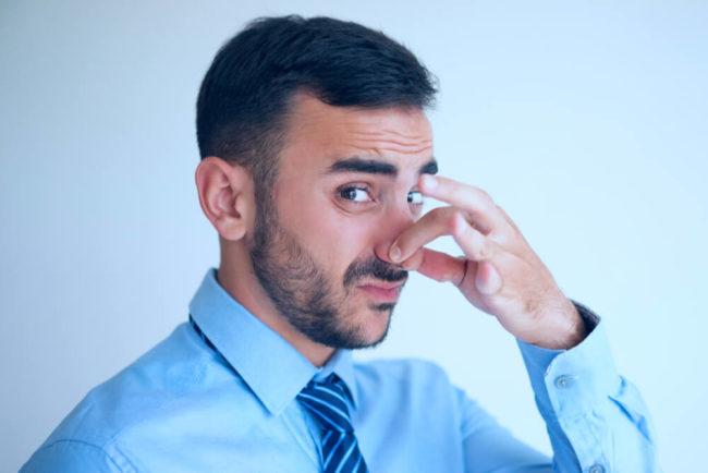 Körpergeruch: Hilfe, mein Kollege stinkt!