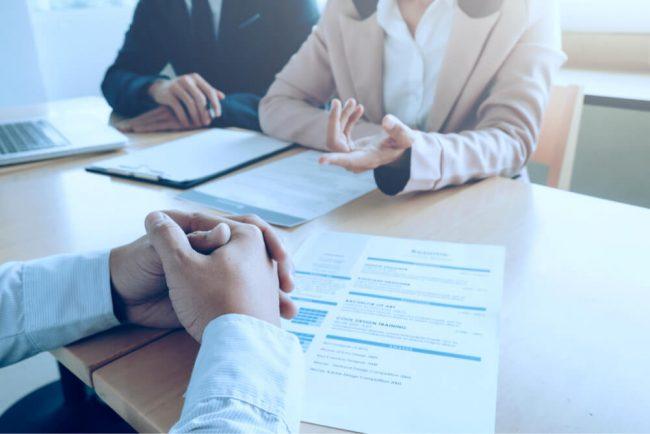 Bewerbung für einen Arbeitsplatz: Tipps und kostenlose Muster