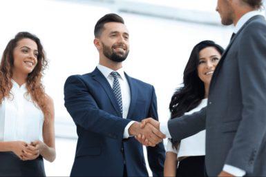 Begrüßungsregeln: Wen begrüße ich zuerst?