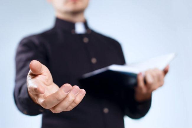 Pfarrer: Ausbildung, Gehalt, Karriere, Bewerbung